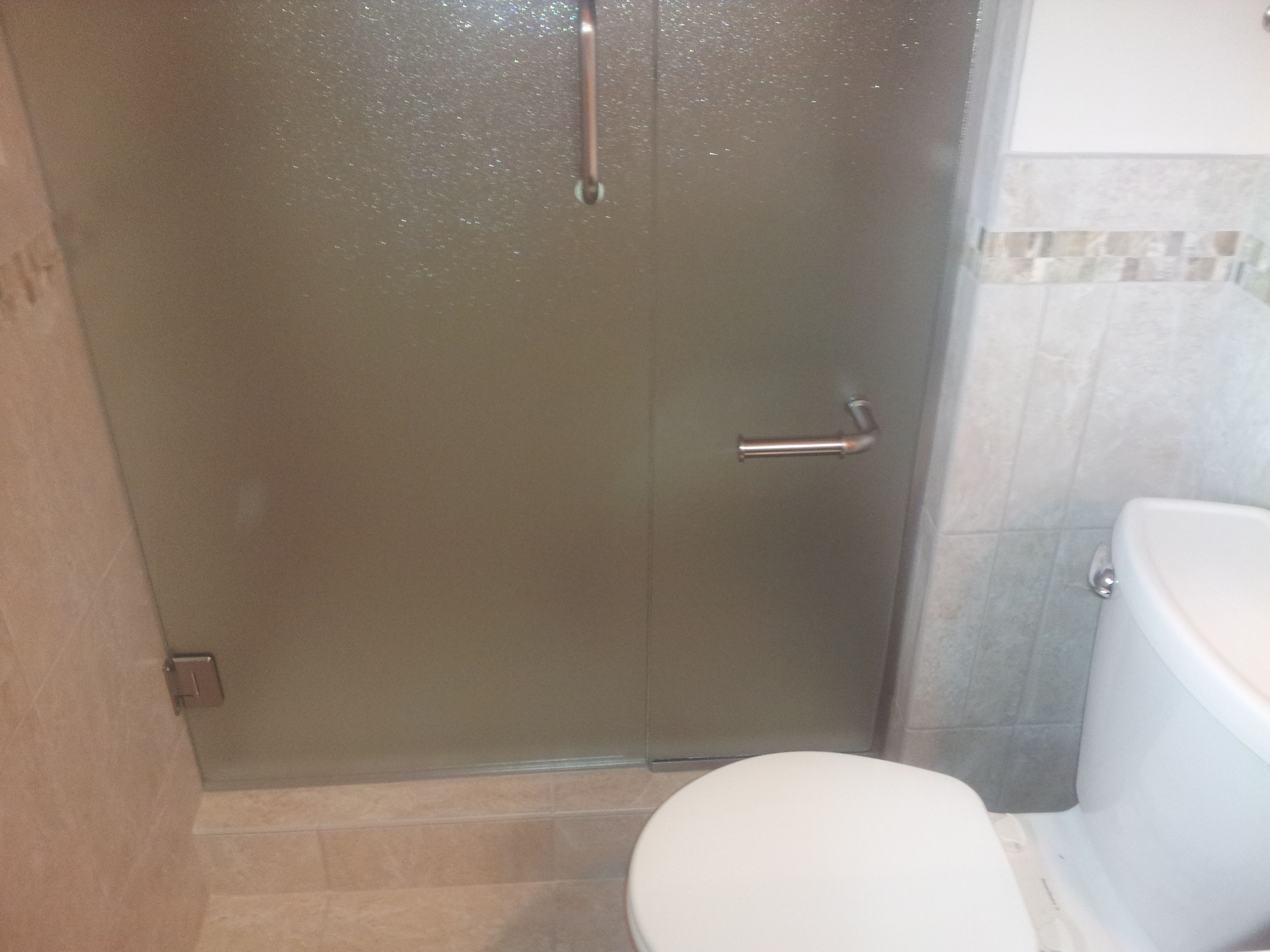 Charmant Frameless Rain Glass Enclosure With Toilet Paper Holder Mount On Panel