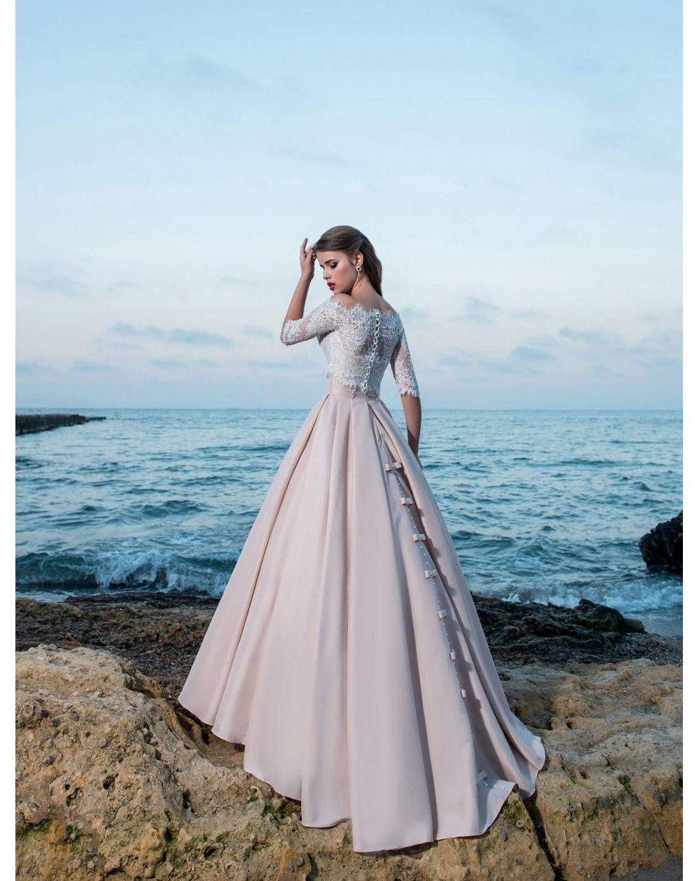 ff4192ac69ff Princeznovské plesové šaty s veľkou saténovou sukňou s protiskladmi a  vreckami. Zvršok s lodičkovým výstrihom a krátkymi rukávmi je ušitý z  jemnej čipky.