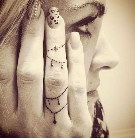 54aafde53 Decorative Chain Finger Tattoo Design.  http://forcreativejuice.com/beautiful-