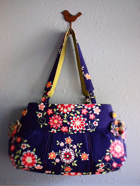 what a lovely bag, just love the shape and details, very pretty