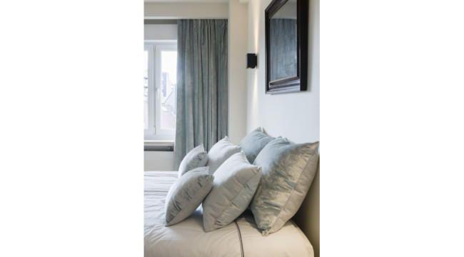 Realisatie totaalrenovatie appartement   # zachte fluwelen gordijnen ...