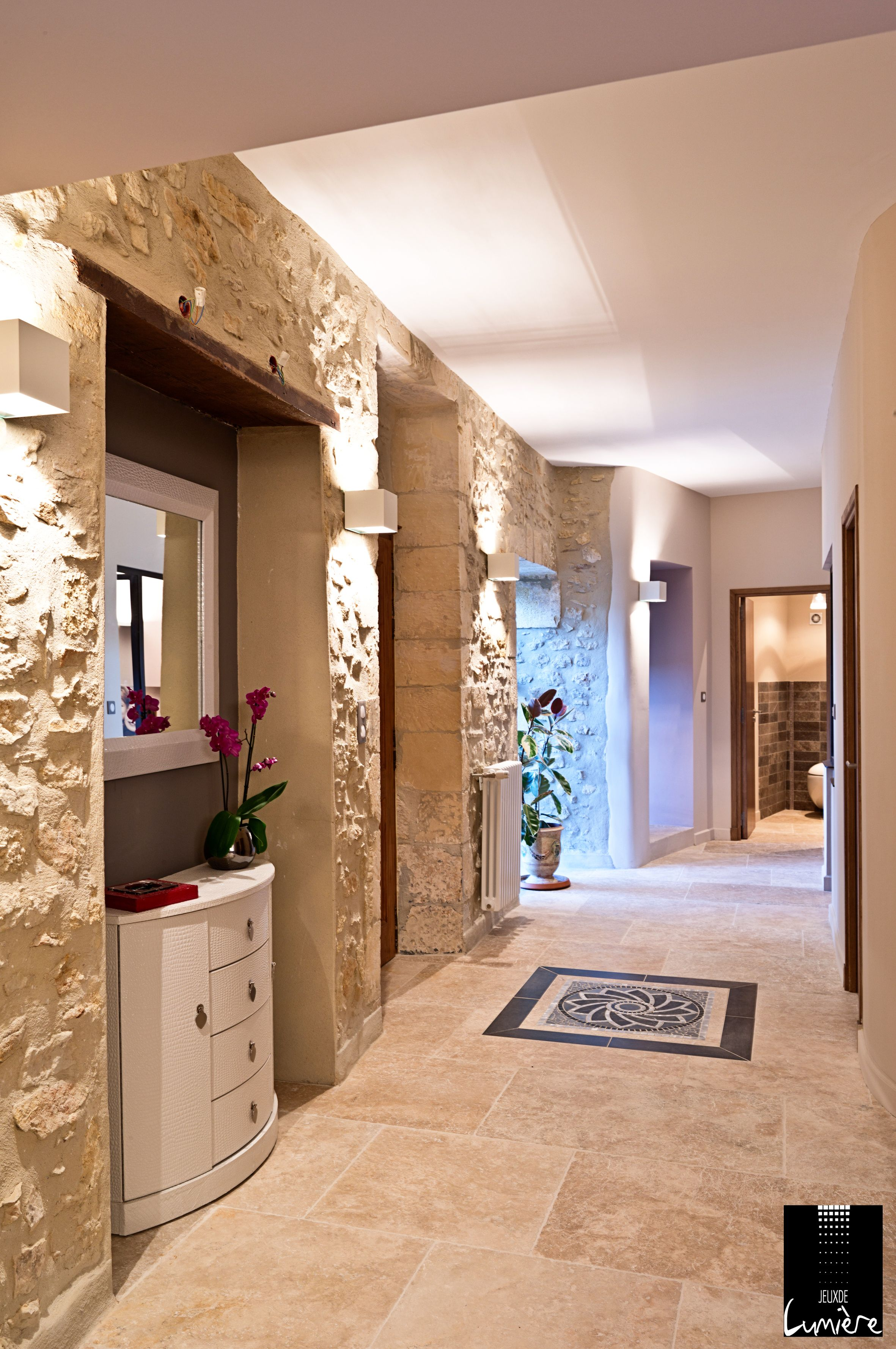 mise en valeur des murs en pierre avec des appliques carrées pour