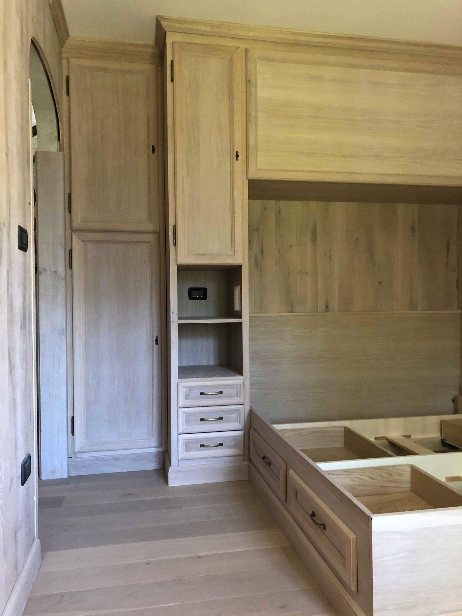 Camera da letto con armadio a ponte letto con cassetti - Camera da letto con boiserie ...