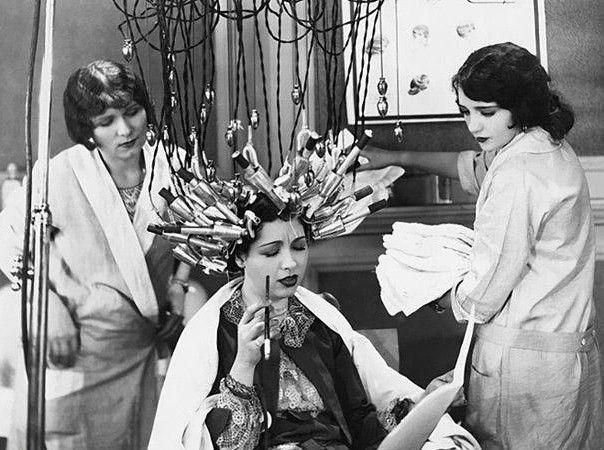"""""""Algumas mulheres passavam horas em máquinas de aquecimento como esta para deixarem seus cabelos enrolados. © Everett coleção / Re"""" Fonte: http://obviousmag.org/"""