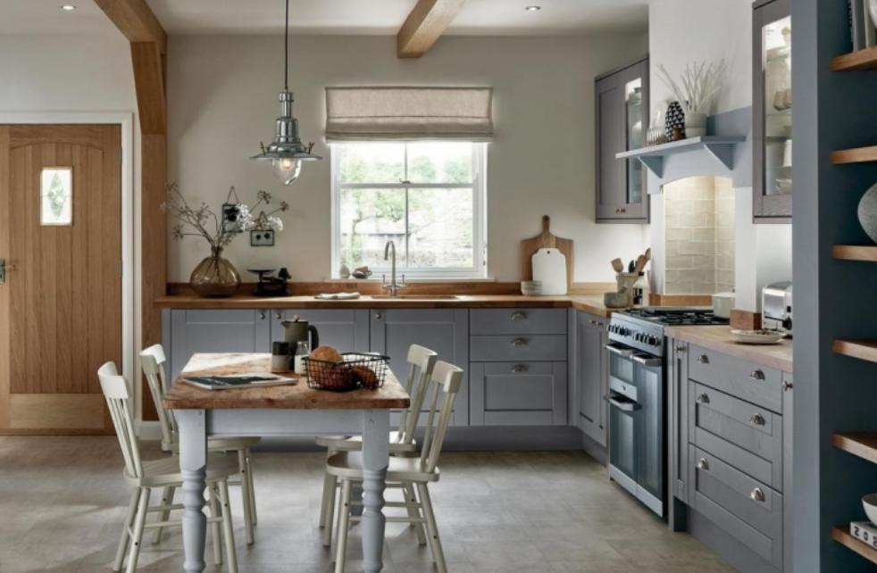 Graue Kuche Mit Holz Arbeitsplatte Und Offwhite Wandfarbe In 2020 Kuchen Layouts Graue Kuchen Blaue Kuchenwande