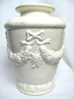 $20 WHITE PORCELAIN VASE Cute Bow Wreath Design 20x26cm Text 0411691171 or email info@bitspencer.com