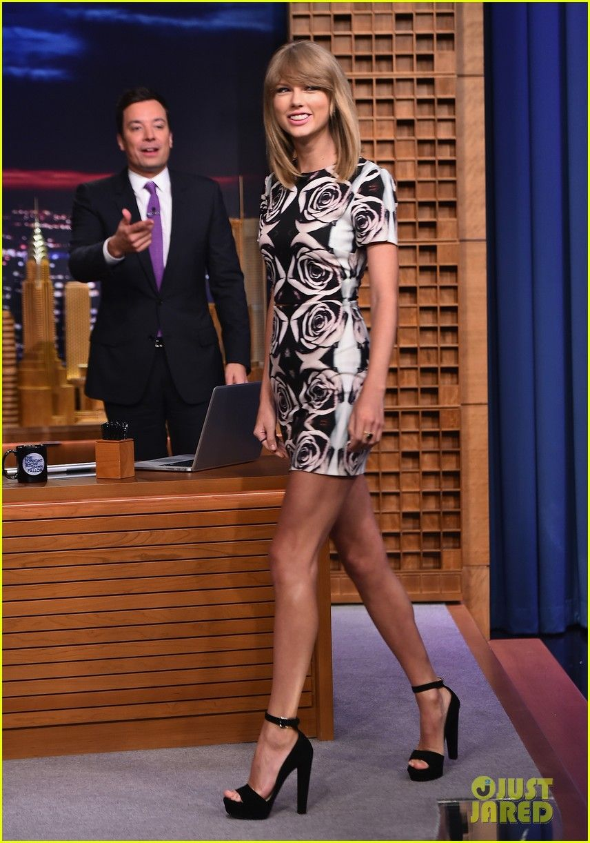 We Didn T Need A Reminder That Taylor Swift Was Tall But She Wanted To Show Us Anyway With A Cute Dress From Her Ap Taylor Swift Style Fashion Fashion Police