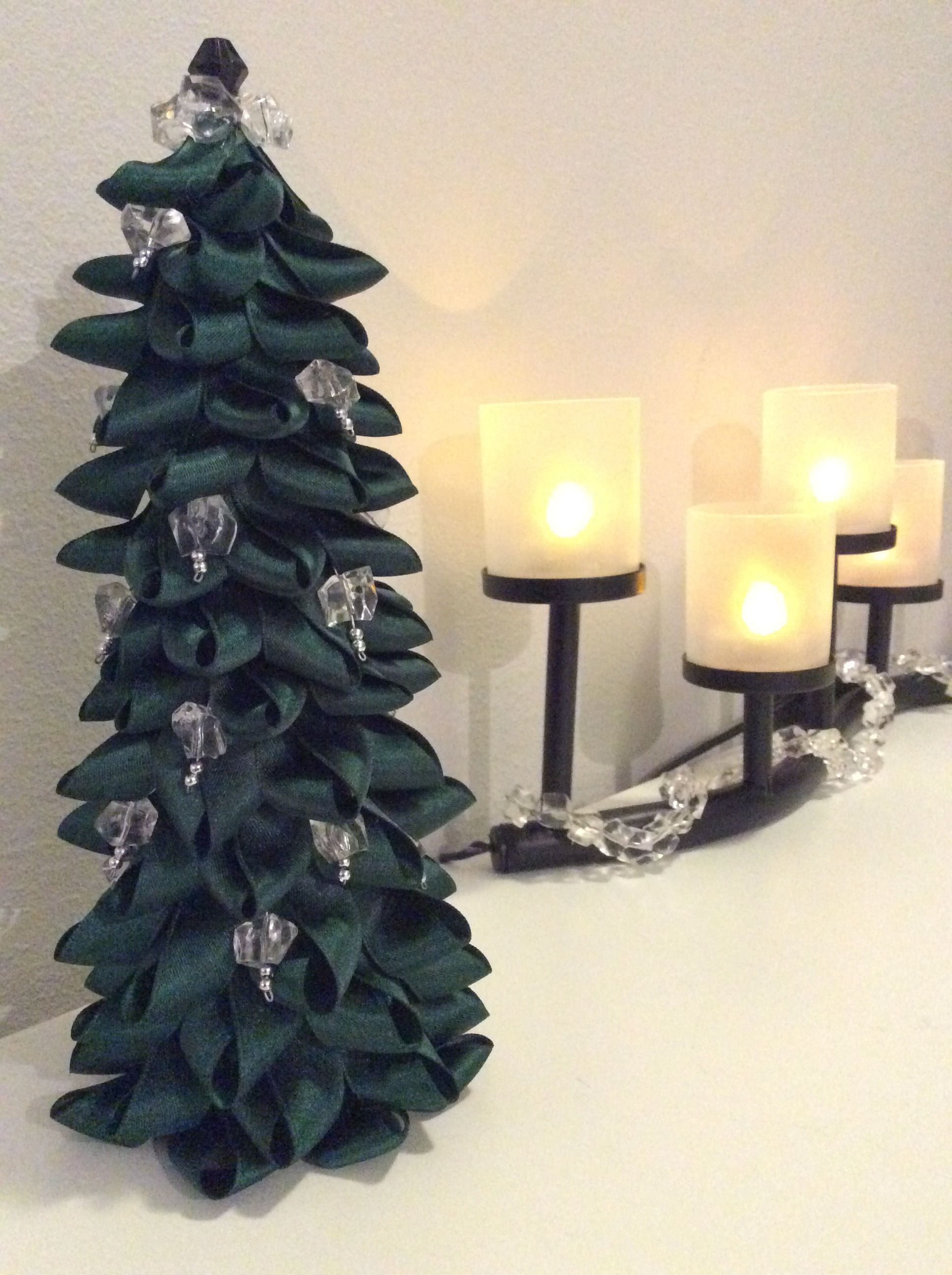 TSI, DIY, joulukuusi, kuusi, pöytäkuusi, kartio, kuumaliimaa, nauhoja lenkeiksi, muovihelmiä, rautalankaa, joulukoriste