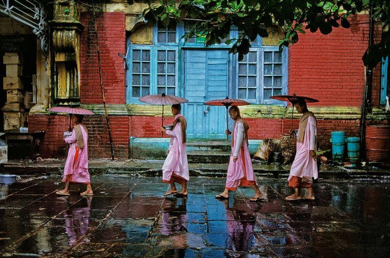Steve McCurry, Procession of Nuns, Rangoon, Burma/Myanmar, 1994 © Steve McCurry.