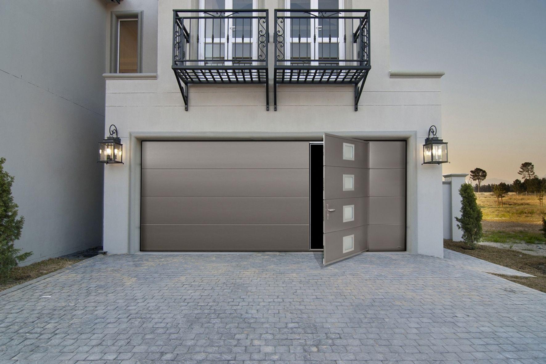 La Porte De Garage Sectionnelle Maori Vip De France Fermetures Avec Portillon Integre A Ouverture Par Le Plafond Conjugue Acces Facilite Confort Se Architektur