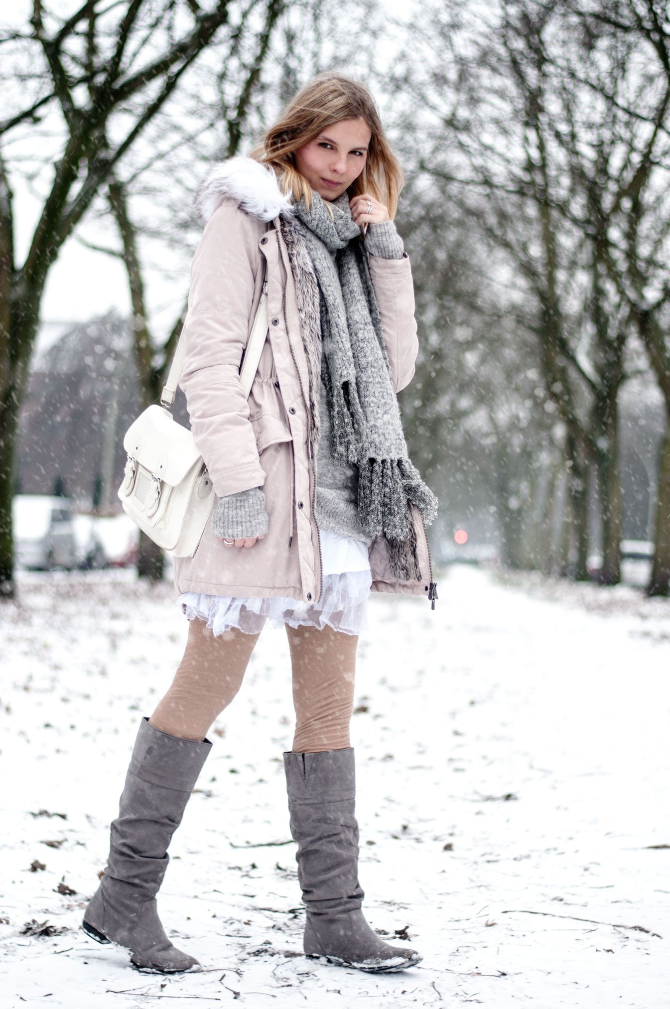 Pink parka, grey scarf, grey boots, white messenger bag, white tulle skirt, winter look, snow style, cozy, warm - Hamburg, Streetstyle, Outfit, Blogger