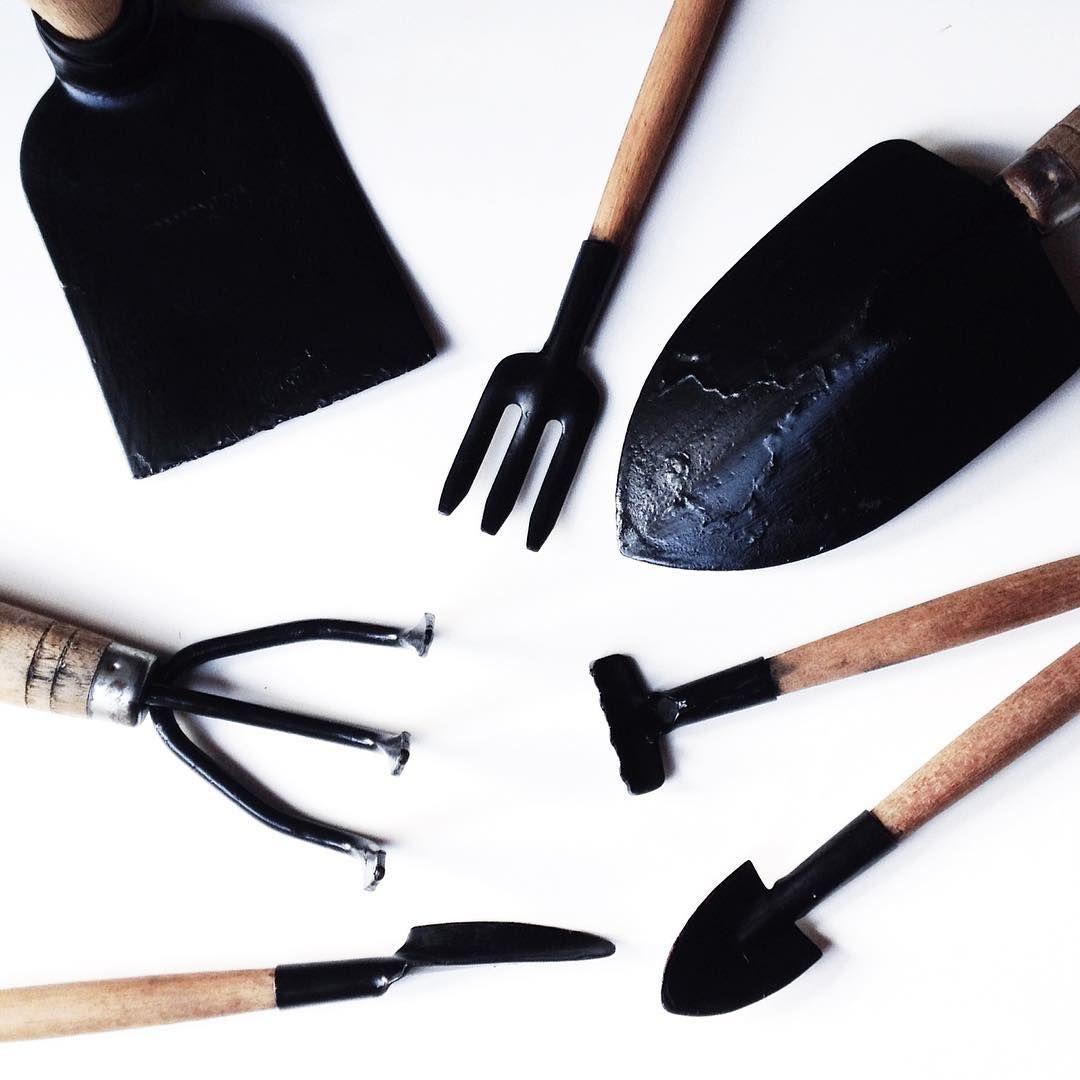 ✖️As ferramentas de jardinagem estavam todas descascadas, então demos uma repaginada com tinta preta 〰 não ficou um amor? ✖️