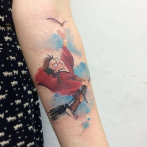 Tatuaje de estilo acuarela de Harry Potter intentando atrapar la