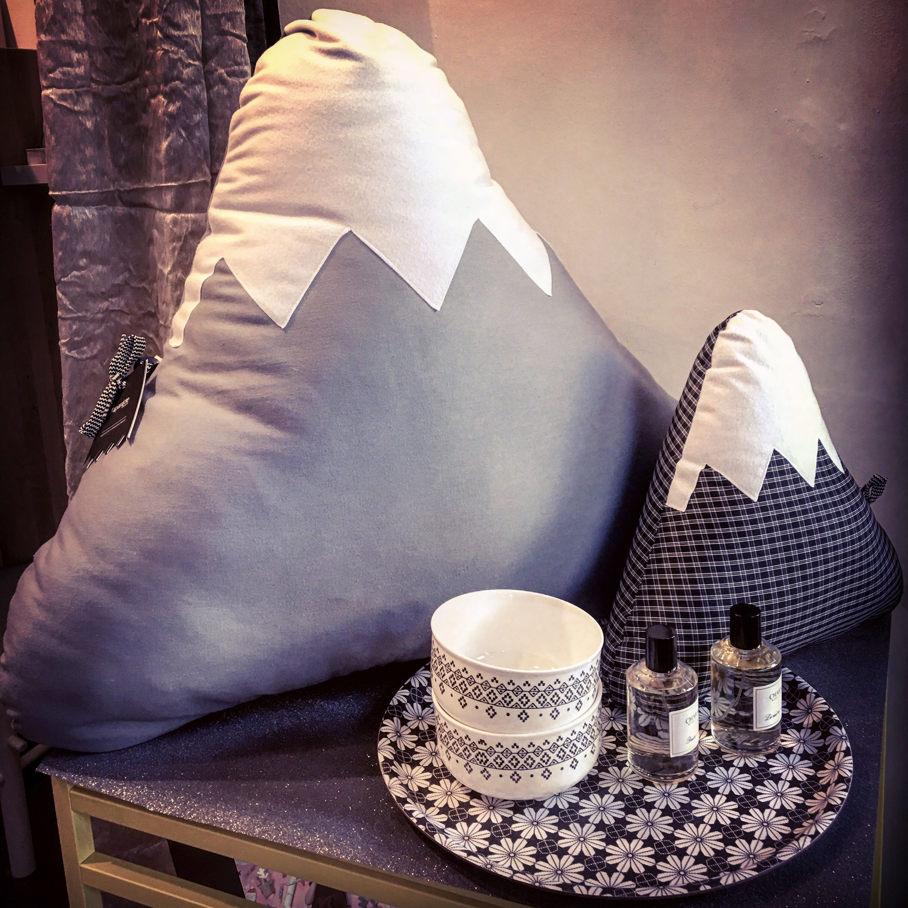 #black  #addicted !...Showcase Now!  #cushion #mountains #paparajote #pouf #pottery #potterystudio #mrmrsclynk #server #prints #blackandwhite #colorfulhome #instadaily #igertorino #shopping #christmasshopping #christmastime #lastweek #chabaud #homefragrance #turin