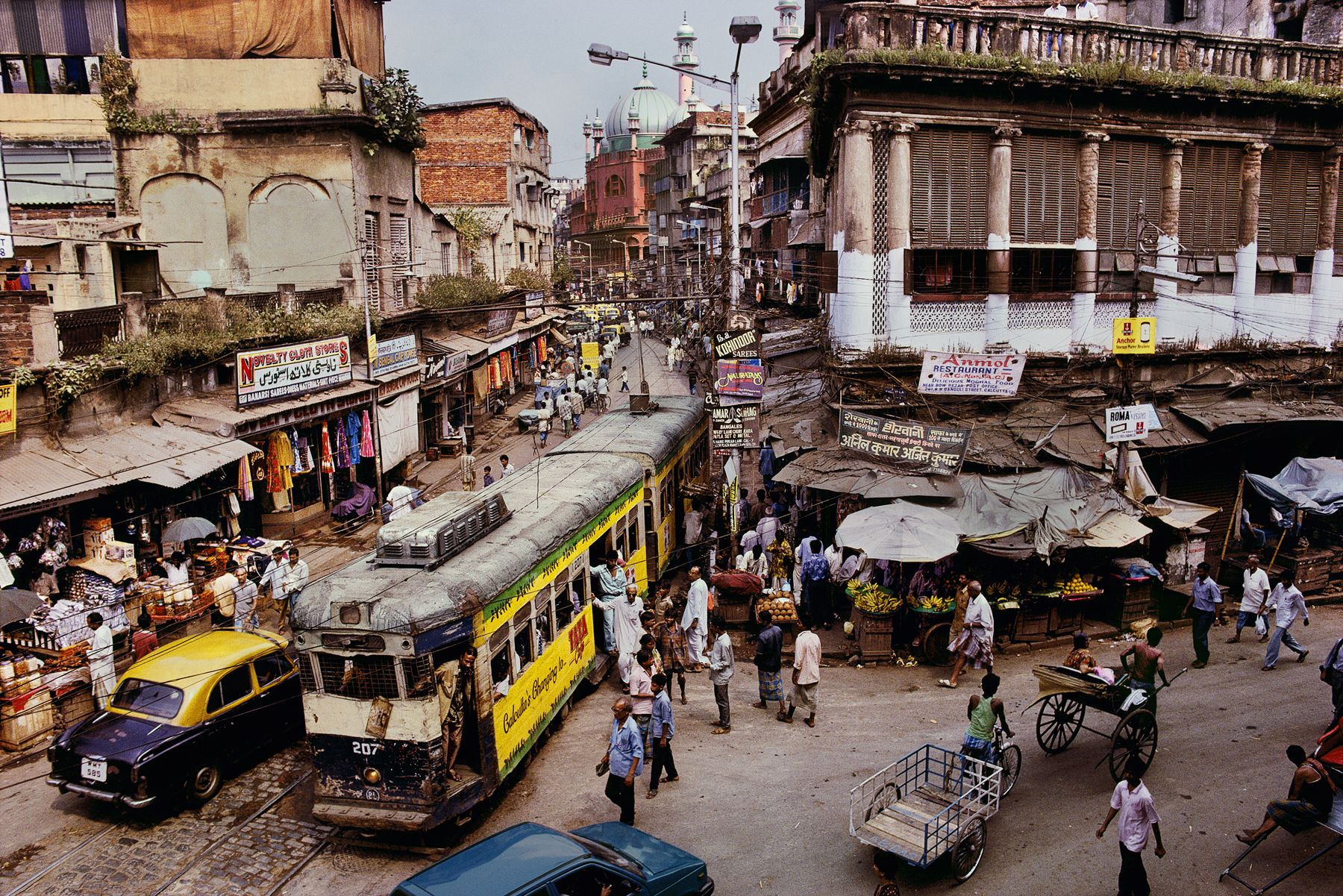 Train, Calcutta | INDIA-10206 / Photography by Steve McCurry / Here you can download Steve's FREE PDF Catalog and order PRINTS /   http://stevemccurry.com/sites/default/files/Fine%20Art%20Print%20Catalog%20Spring-Summer%202012.pdf