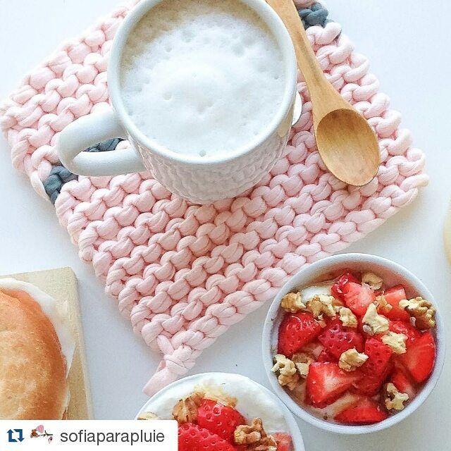Bom dia nutritivo e artesanal! Foto linda essa da @sofiaparapluie, né? #trapillo #trapilho #tshirtyarn #fiodemalha #tricot #trico #knit #rose #breakfast #cafedamanha #strawberry #morango