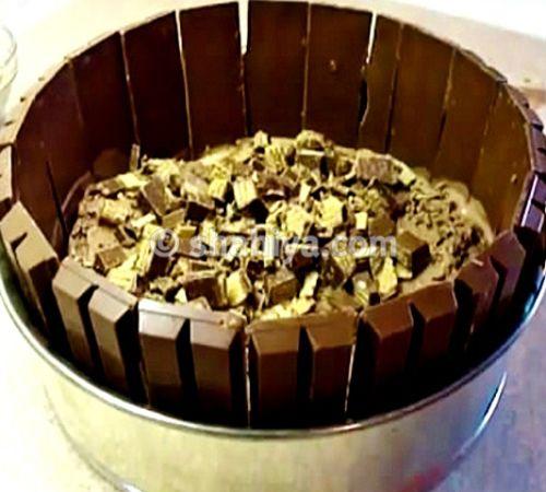 انثري مكعبات كيت كات صغيرة فوق آيس كريم الشوكولاته Chocolate Kit Kat Cake Desserts Ice Cream Cake