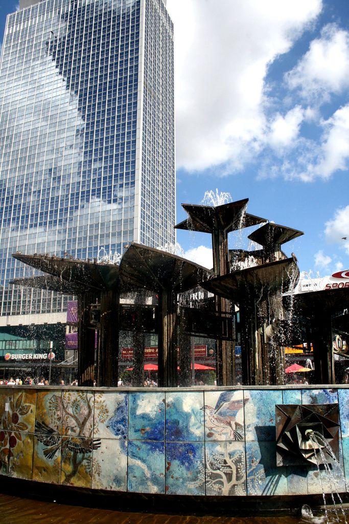 Entspannung Am Brunnen Der Volkerfreundschaft Auf Dem Alexanderplatz Berlin Relax At The Fountain Of International Friendshi Berlin Stadt Berlin Fotos Reisen