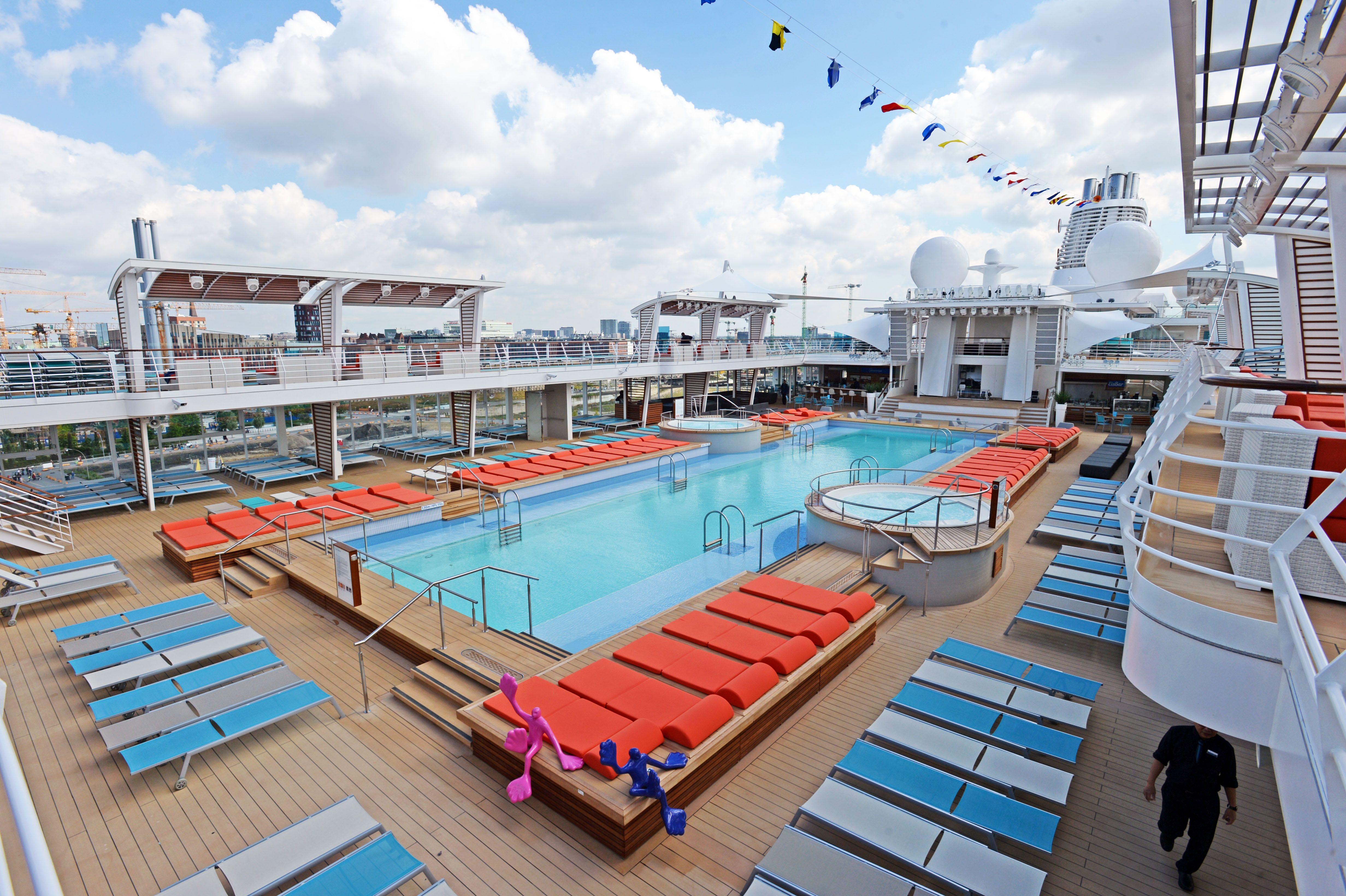 Die Mein Schiff 5. Der Pool ldt bei diesen Temperaturen ...