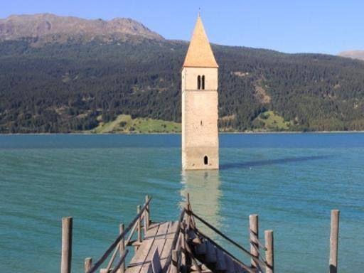 Resia, Italia - Non esiste più dagli anni '50, quando fu creato il lago artificiale di Resia. Sott'acqua finirono i due centri di Curon Veno...
