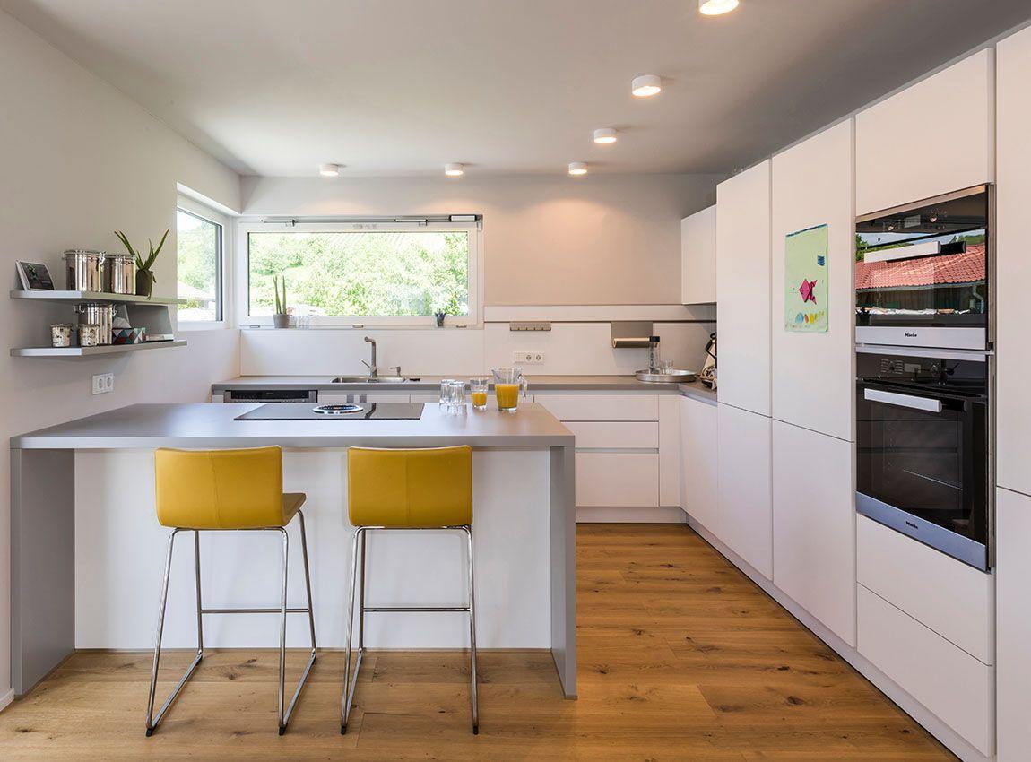 küche mit echtholzboden und herdblock mit barhockern   küchen, Wohnzimmer dekoo