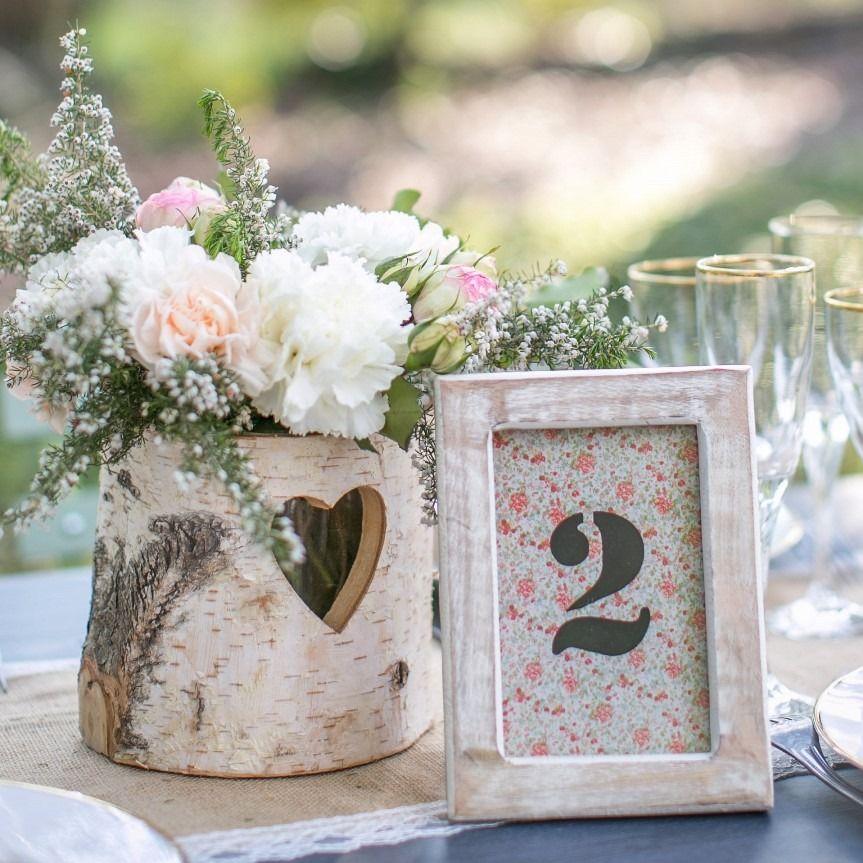num ro de table en bois clair pour mariage liberty mariage wedding mariage et wedding place. Black Bedroom Furniture Sets. Home Design Ideas