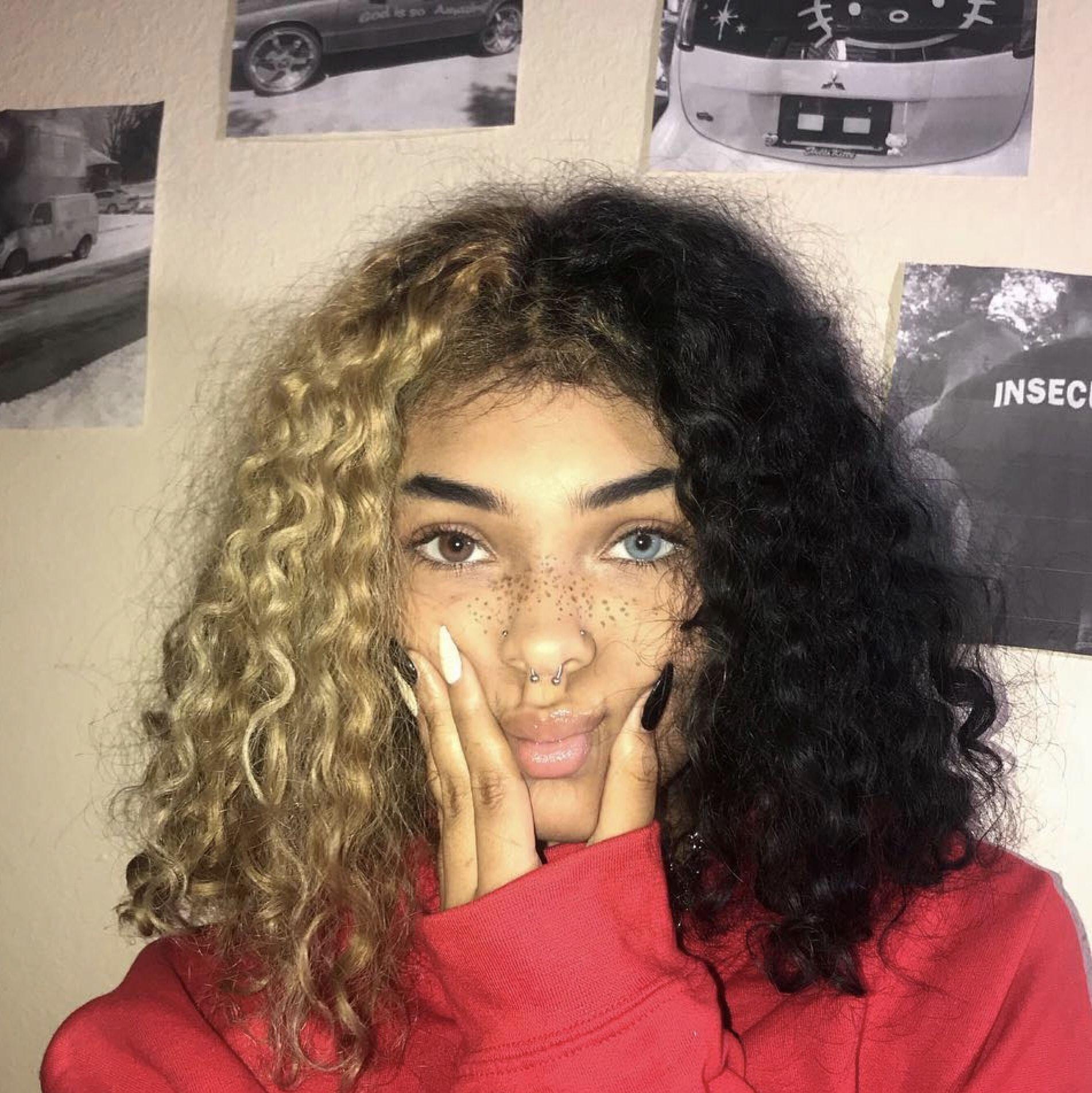 Zookey Ke Zookey Ke Dyedhair Dyedhairaesthetic Dyedhairafricanamerican Dyedhairblonde Dyedhairblue In 2020 Curly Hair Styles Aesthetic Hair Split Dyed Hair