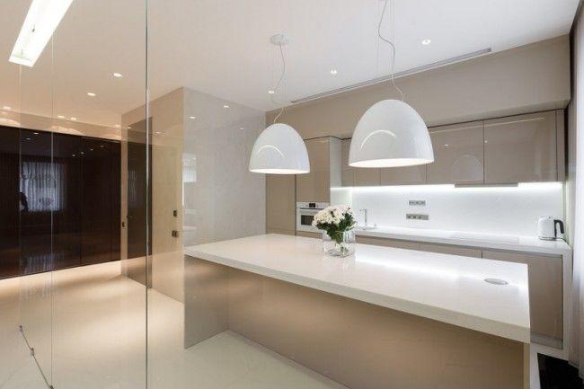 beige Hochglanzküche, weiße Arbeitsplatten und weißes LED ...