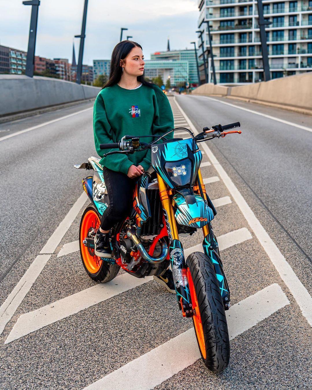 """Anica ?? on Instagram: """"Bei dem Motorrad brauch man sich gar nicht eine spektakuläre Location raussuchen. ?? • • • #ridersbook #ktm #motorrad #teamorange #fail…"""""""