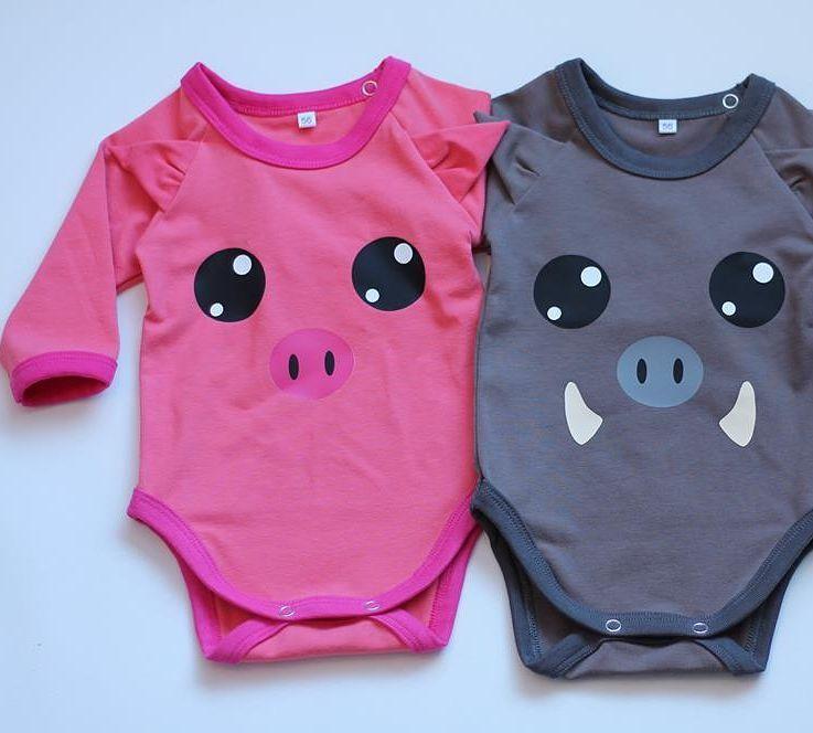 Olisko tällä kertaa Sikaihana vai Villisika? Sekä paita- että bodykoossa näitä saa @sikaihana'lta   Kuva: Sikaihana  #sikaihana #pig #possu #madeinfinland #finnishdesign #lastenvaatteet #ministyle #baby #vauva2017 #hipdesignkuja #elokuu #pink #grey