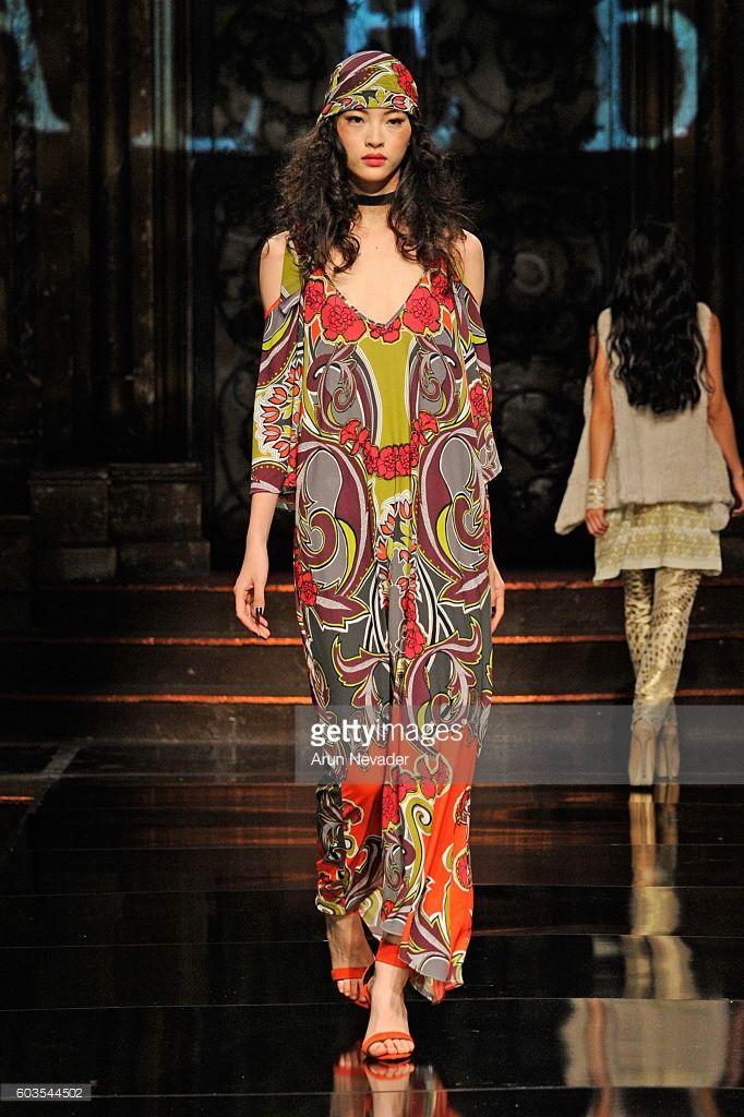Malli kävelee kiitotien yllään Hale Bob Art Sydämet Fashion NYFW osoittaa esittämä aids Healthcare Foundationat The Angel Orensanz Säätiö 12. syyskuuta 2016 New Yorkissa.