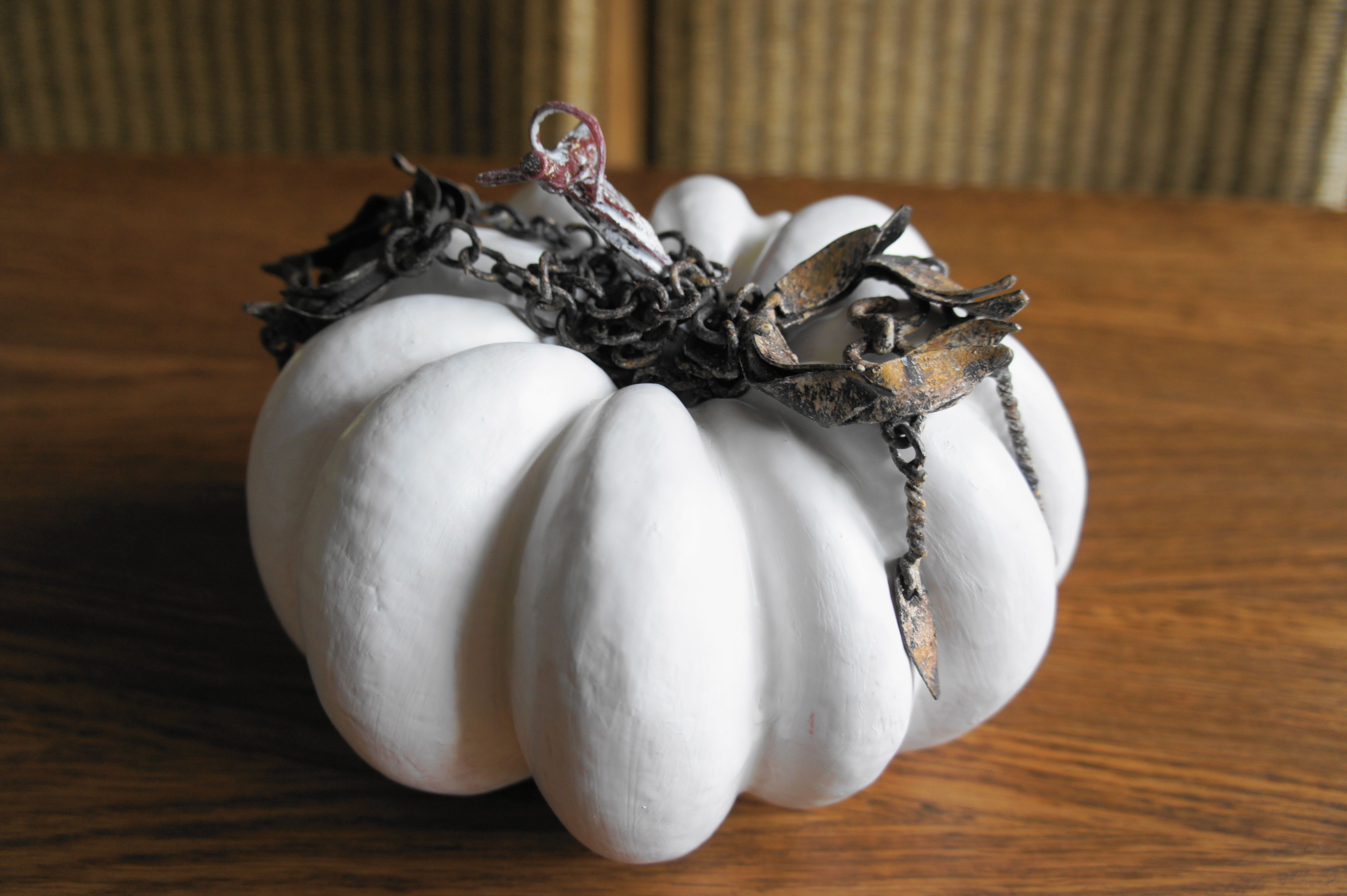 Pumpkin, Plastic pompoen, grondverf, lak (wit, grijs) decoratie.