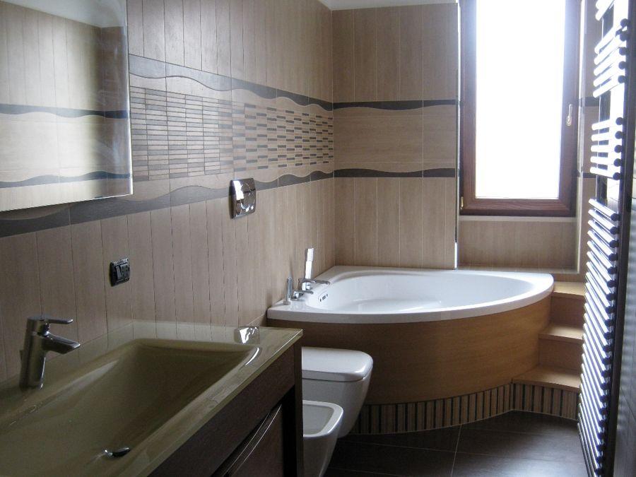 bagno-con-vasca-angolare-e-gradini-in-legno_101074.jpg (immagine ...