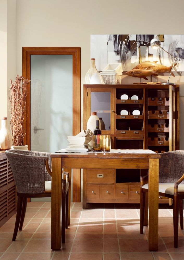 Cette table repas tient sa robustesse de son bois exotique : le ...