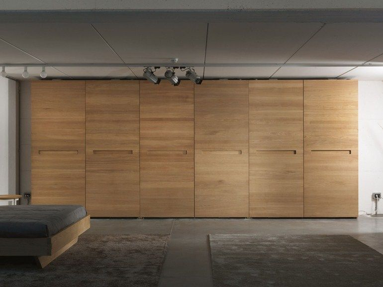 Armadio con ante complanari in legno massello PLANO by Riva ...