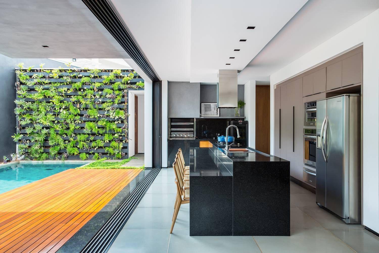 02 living se integra a piscina e jardim vertical em casa em londrina