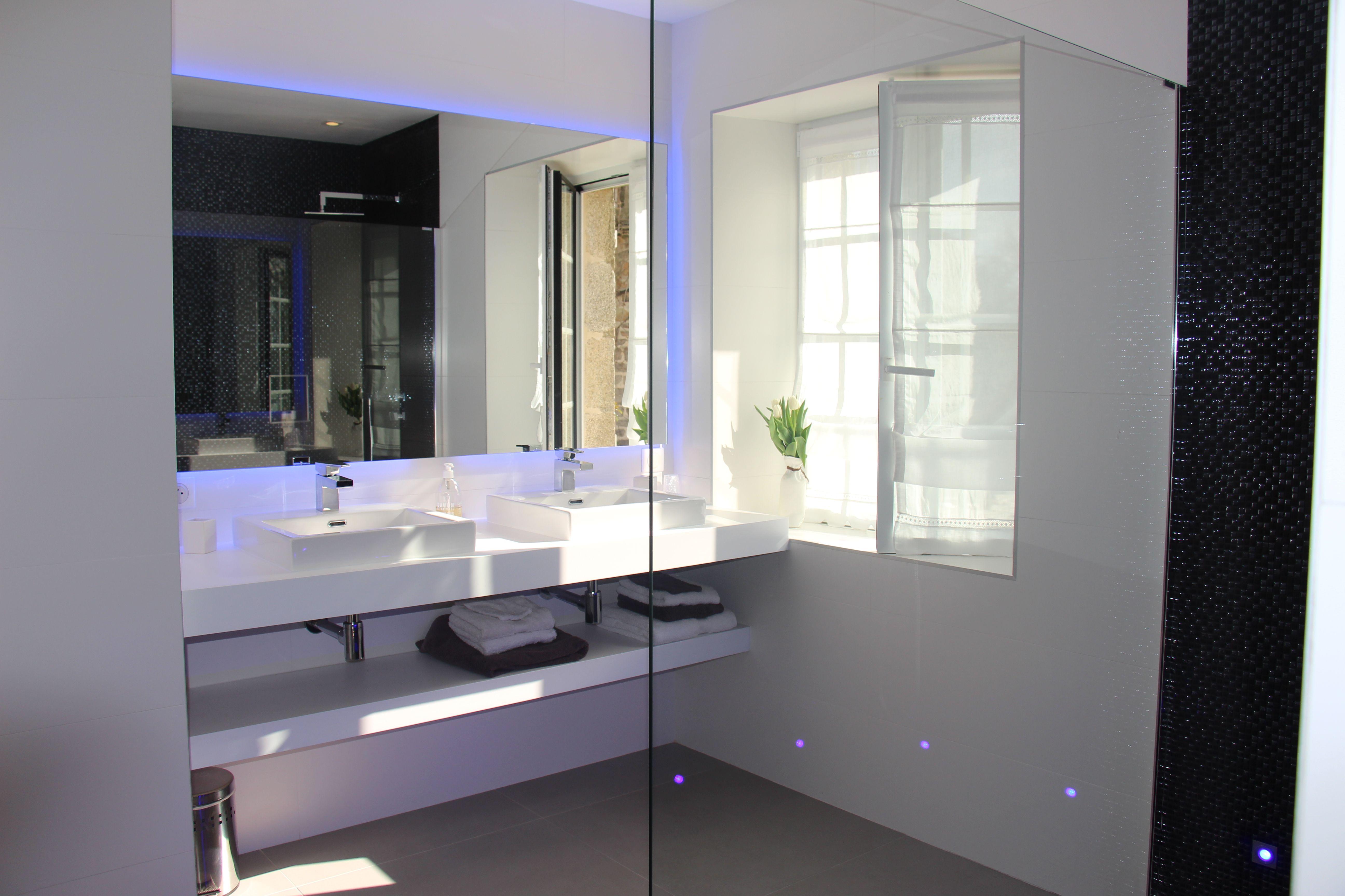Salle de bain blanche et grise La Ferme de Kerscuntec Chambre