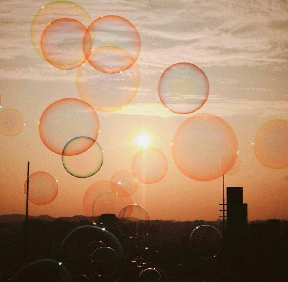 Somos como burbujas en el cielo, frágiles y al mismo tiempo libres.