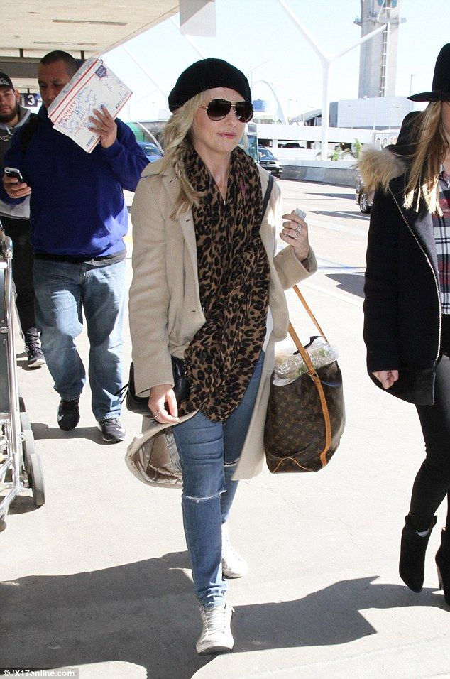 21a9ad8e796 Sarah Michelle-Gellar wears beret as she jets out of LAX ...