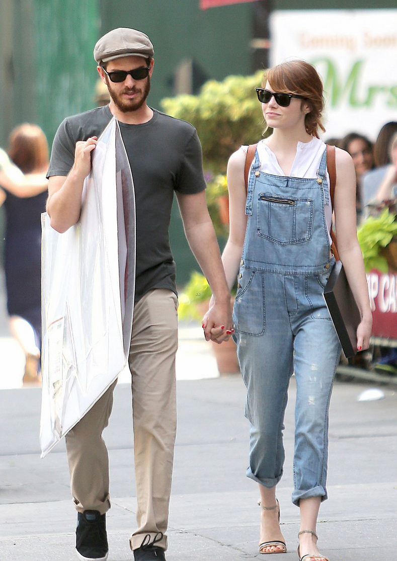 7607ad8ff990 Street Style   Emma Stone + Andrew Garfield shopping in NYC  #streetstylehipster btw Andrew and Emma are secretly still dating