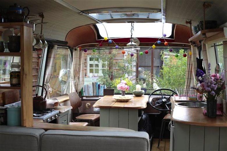 Ils rénovent un vieux bus en lieu habitable d'exception