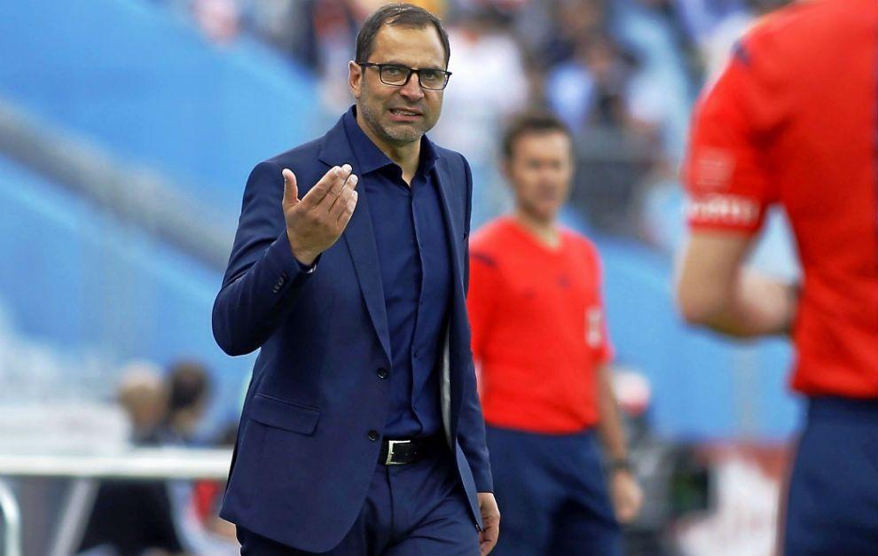 Juan Eduardo Esnáider da órdenes a sus jugadores en un partido del...