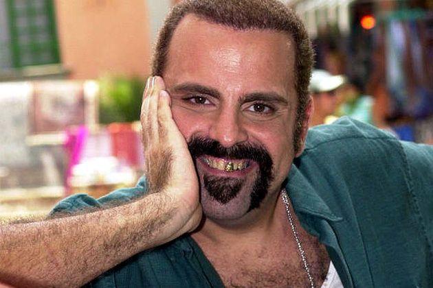 Guilherme Karan sofria com uma rara doença degenerativa (Divulgação/ Globo) Guilherme Karan morreu na manhã desta quinta-feira (07), aos 58 anos. O ator estava internado no Hospital Naval Marcílio Dias, no Rio de Janeiro, há cerca de dois anos, tratando a síndrome de Machado-Joseph, uma doença neurológica