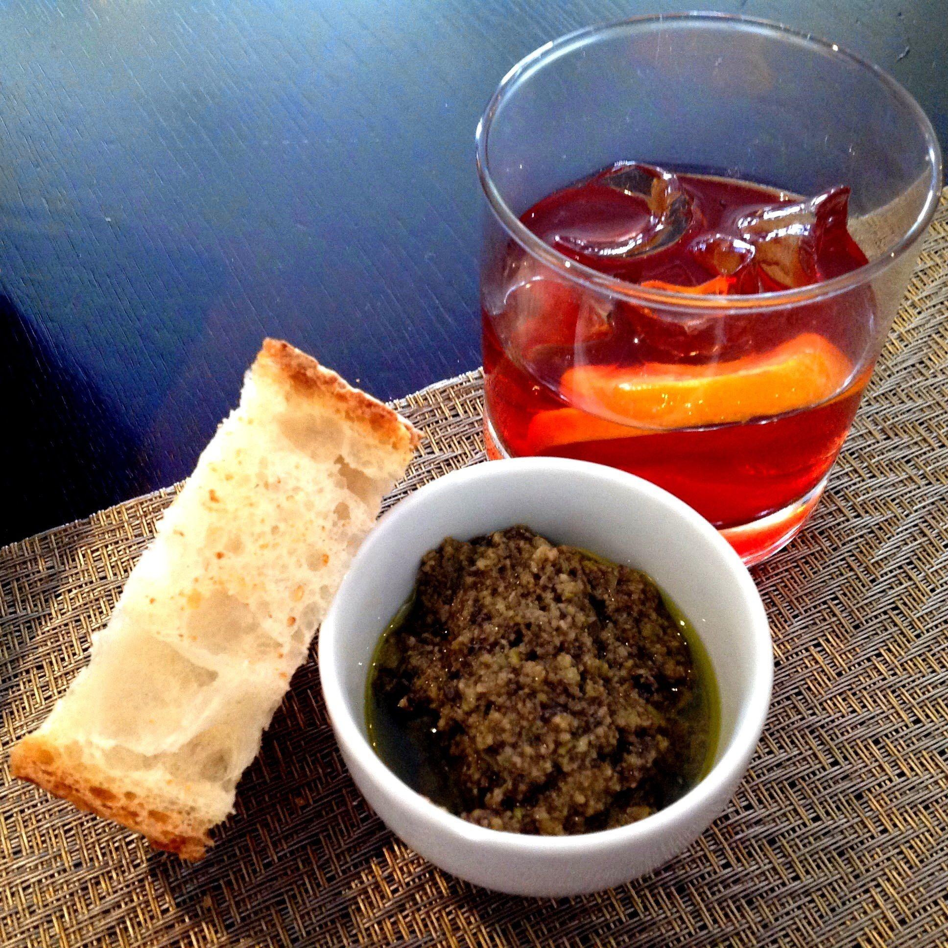 Negroni, pan y pasta de aceituna negra
