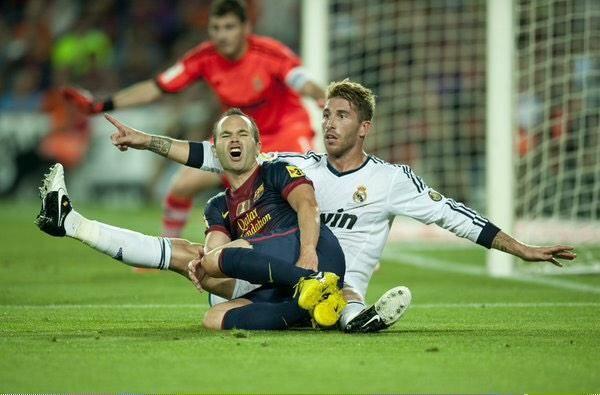 Gols marcados:  - Iniesta pelo Barcelona: 52 em 528 jogos - Sergio Ramos pelo Real: 54 em 431 jogos