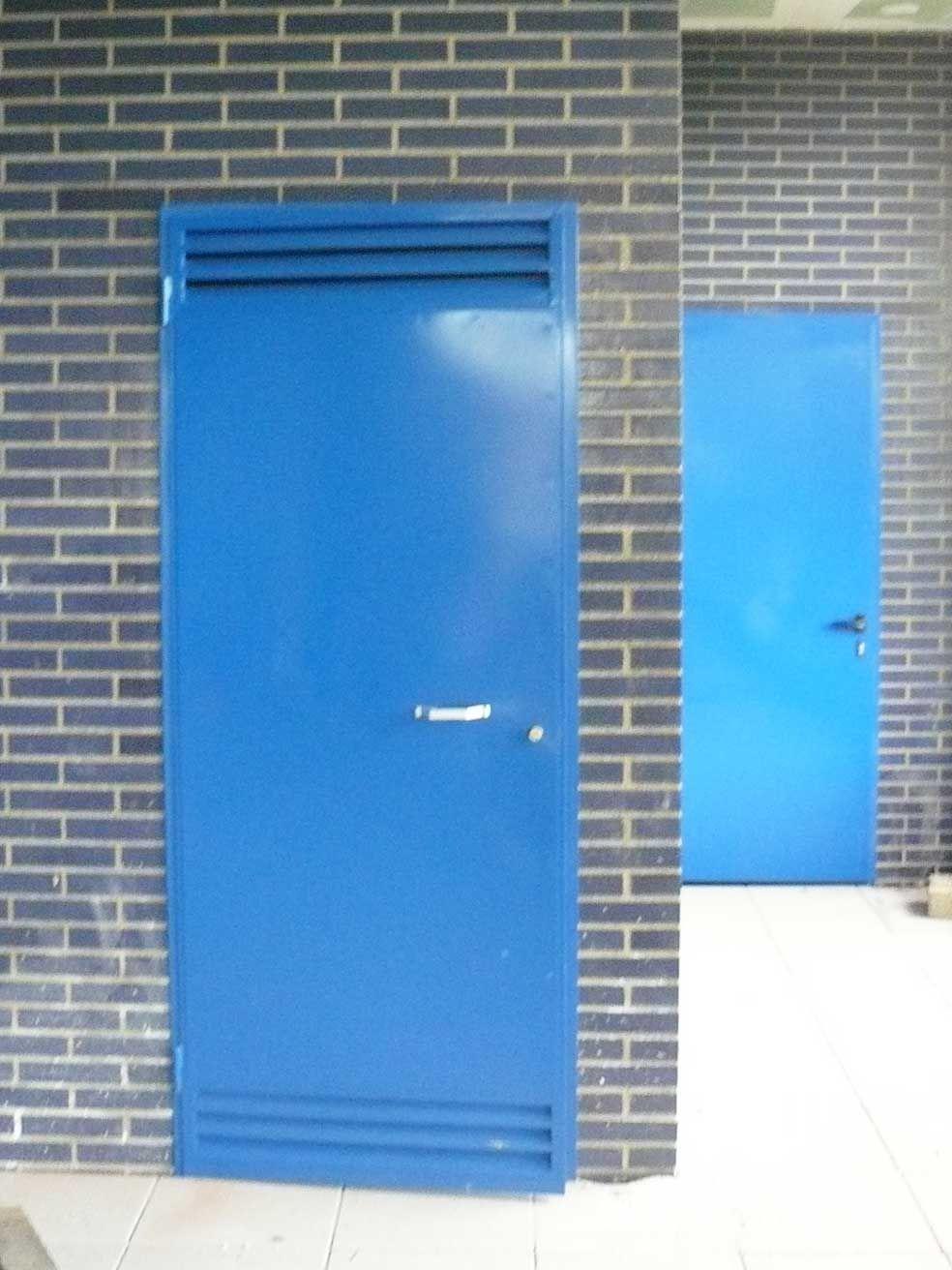 Puertas met licas ciegas en azul con rejilla de - Rejilla de ventilacion ...