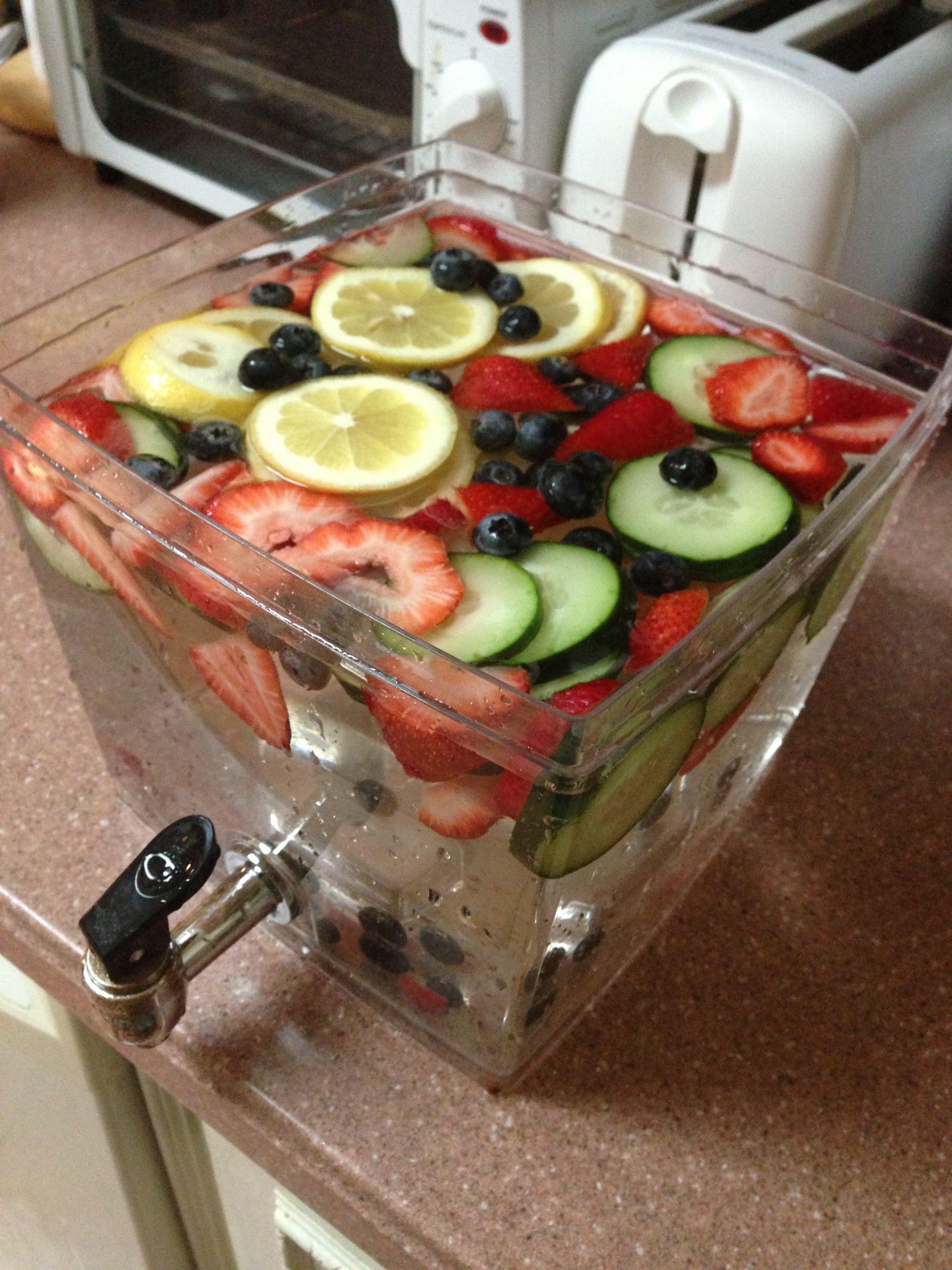 detox water lemon cucumber strawberries and blueberries getr nke pinterest monat. Black Bedroom Furniture Sets. Home Design Ideas