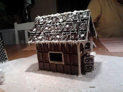 """Kohti Joulua: 29 yötä jouluun. Valmis suklaatalo. Chocolate bar """"gingerbread house"""""""