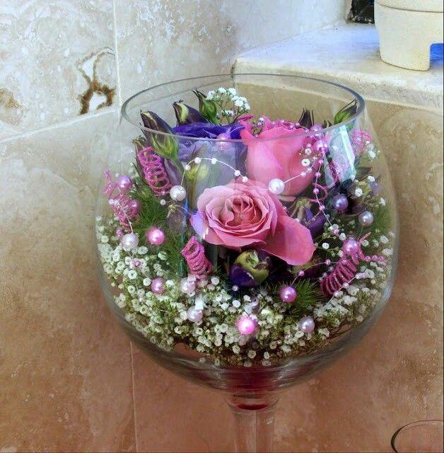 Wine glass centerpiece in large wedding plans