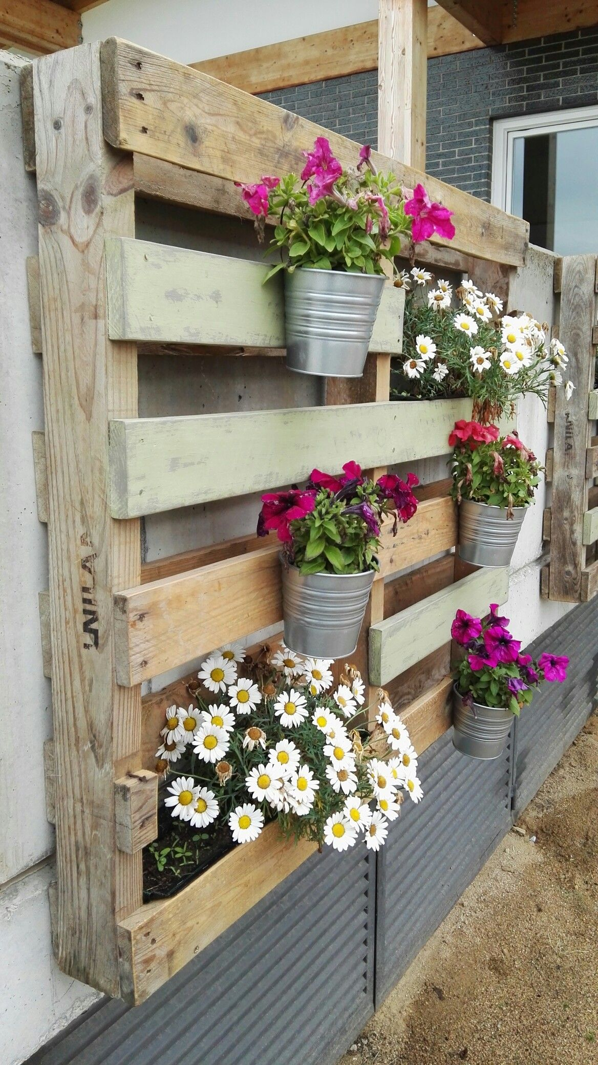 Jardinera con palets terrasas pinterest pallets for Ideas para decorar jardineras